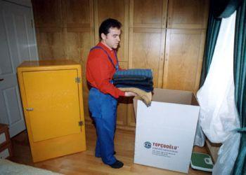 Giysileriniz için özel hazırlanmış taşıma dolapları kullanılarak ambalajlama yapılır.